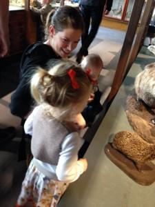 Ida, Maya og Mor mærker på et pindsvin