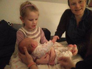 Ida sidder med Nanna for første gang. Man skal holde godt fast!