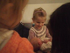 Smil både hos Ida og Maya. SÅ dejligt med en kusine man kan nusse på.
