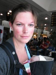 Ida og mor i lufthavnen