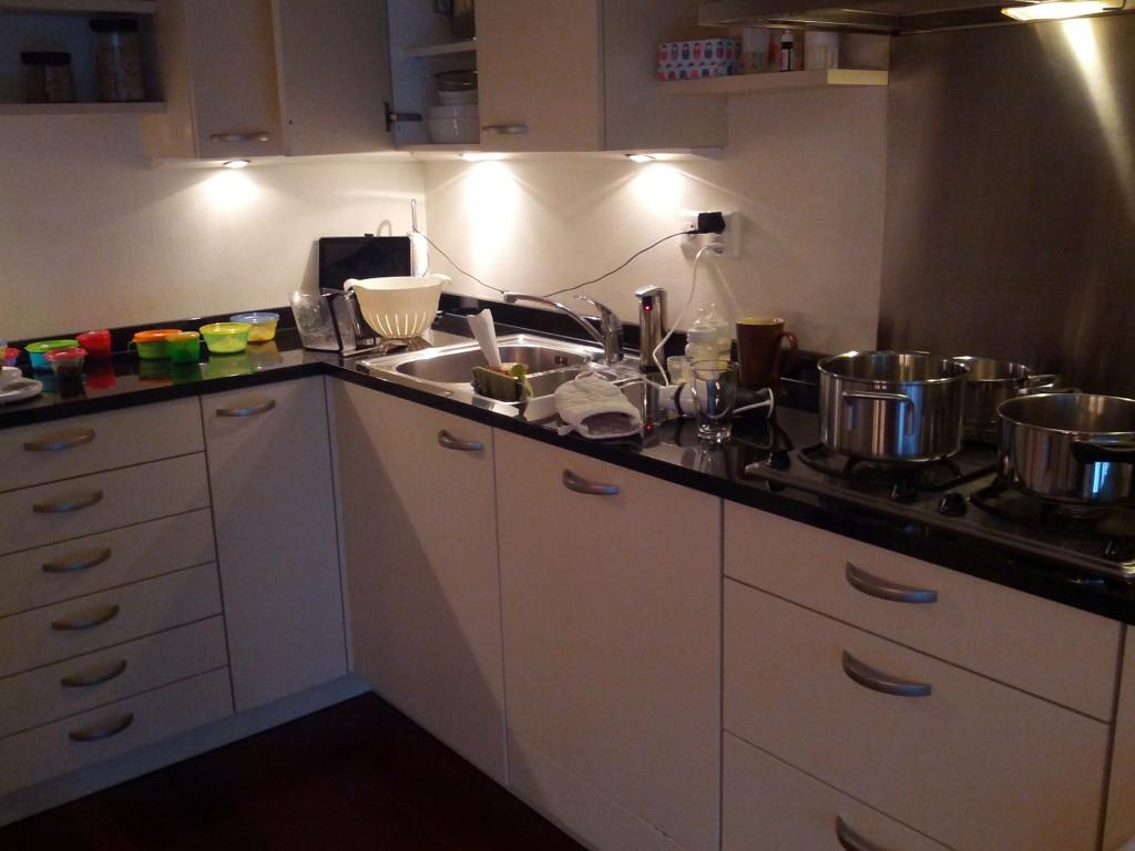 Køkkenrod efter mos-én-masse-kogning