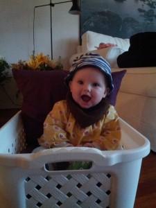 Lilletutten hjælper mor med vasketøjet