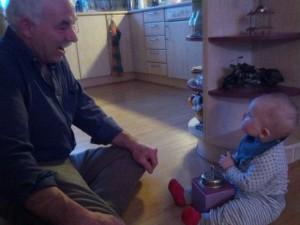 """""""Nu skal jeg lige vise dig, Morfar, hvordan man bruger sådan en kaffemølle her!"""""""
