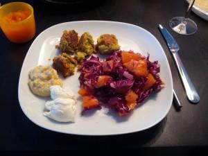 Hjemmelavet falafel med rødkålssalat, hummus og creme fraiche