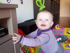 Ida leger med gåvognen, men har lige tid til at smile og vise bisser til mor