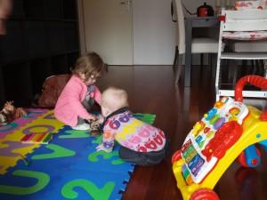 Pigerne leger med sko