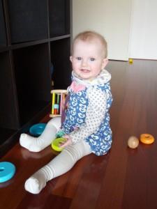 Ida har været med mor på altanen. Det er første gang hun har disse strømpebukser på, hvilket ikke just fremgår af farven