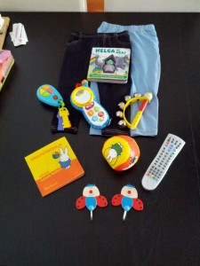 Mor har købt nye legetøj til Ida (og et par andre sager) så der er nyt underholdning til flyveturen