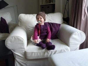 Ida poserer i strikvest og uldsokker