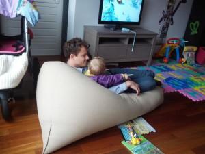 Ida og far læser bog og ser tv