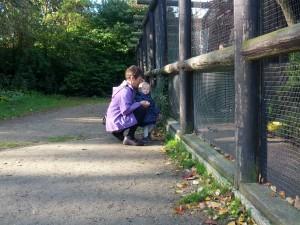 Ida og Mormor kigger på pippere i Doktorparken, Randers