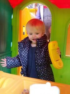 Ida hygger i legehus i Toys'r'us