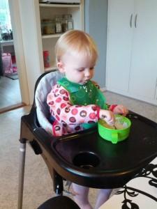 En meget koncentreret Ida spiser risengrød helt selv