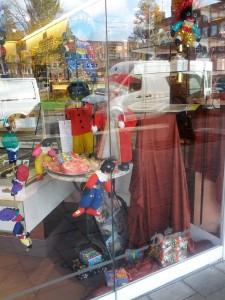 Der er også pyntet op med Zwarte Piet'er i butiksvinduerne rundt omkring