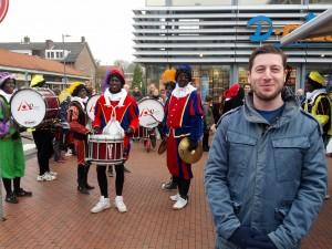 Onkel foran et Zwarte Piet band