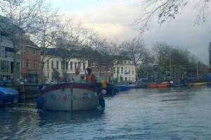 Pludselig blev vi forfulgt af Sinterklaas og 3 Zwarte Pieter på kanalrundfarten!