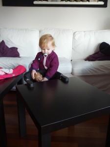 Dukke Sally må også gerne låne den nye stol når hun skal have mad