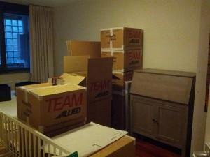Soveværelset godt i gang med at blive pakket ned