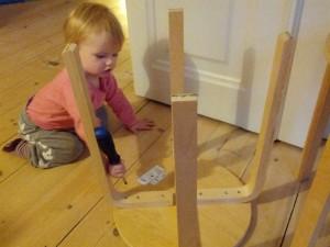 Ida hjælper Far med at skrue lidt