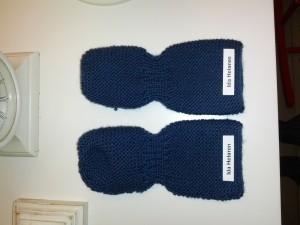 De nye vanter er blevet mærket indvendigt med Mors stryge-Dymo-labels ligesom resten af Idas vuggestue-garderobe