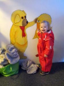Hver morgen og eftermiddag siger vi hej til Bamse og Kylling udenfor vuggestuen!