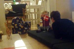 Der har også været tid til leg og hygge i dag med Mormor på gulvet
