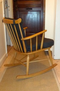 Stolen er nyrestaureret hos snedker og møbelpolstrer og står som ny. Nu kan Lillesøster bare komme an!