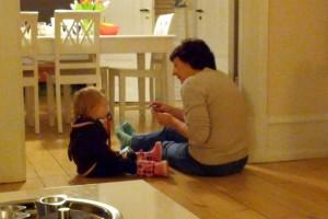 Ida og Farmor spiller kort