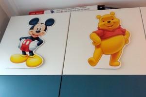 Mickey og Peter Plys figurerne, som Mor og Mormor købte på loppemarked til 10 ,- pr. stk. er kommet op og hænge
