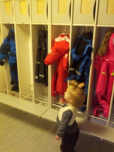 Ida fremviser stolt sin garderobe (her er det dog Marius' flyverdragt hun har fat i)