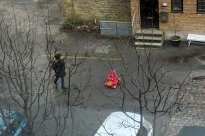 Ida har fundet en bil nede i gården som man kan køre på