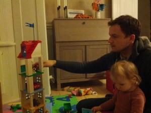 Far (og Ida??) bygger verdens højeste Duplohus