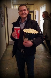 Far er helt klar til bio tur med 0,8 liter cola og 5,6 liter popcorn (+ en slikpose i lommen)