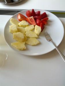 Mors formiddagssnack: En halv ananas og et par friske jordbær. Mums!