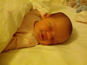 Lillesøster glad og tilfreds efter en god gang mælk!