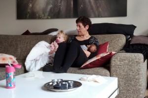 Mormor-børnebørnshygge i sofaen