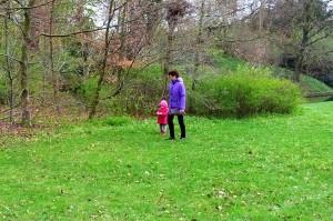 Mormor og Ida på skovtur