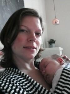 Mor nyder stilheden mens Maya tager sin første lur i strækviklen
