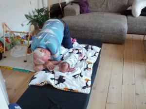 Farfar og Maya øver i at ligge på maven