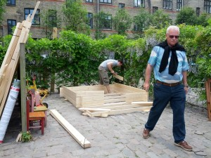 Far og Farfar er gået i gang med at bygge legehus i Andelsforeningens gårdhave