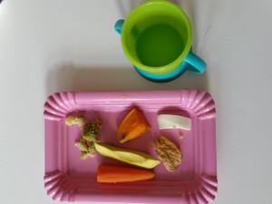 Lækker tallerken med kogte grøntsager, frisk mozzarella og hjemmebagte havregrøds-/bananpandekager