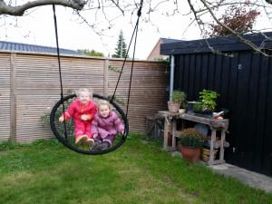 De to tøser hyggede i Livs have