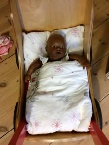 Dukke Sally har også fået dyne og pude