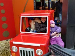 Farmor og Ida kører tur i Postmand Pers bil