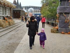 Ida og Farmor med Mickey ballonen