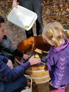 Ida og Onkel René skrubbede æbler