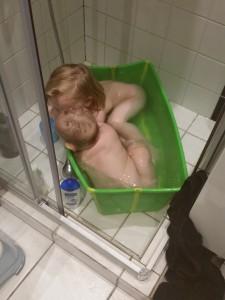 Mor fik også badet begge piger. Fællesbad er et hit hos dem begge, selvom pladsen er trang