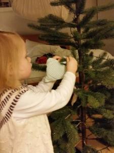 Ida hjælper med at pynte juletræ....