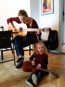 Duoen Anne og Ida på guitar og ukulele, spiller på loftet sidder nissen