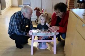 Ida, Bedste Grete og Morfar spiller på det fiiiine keyboard